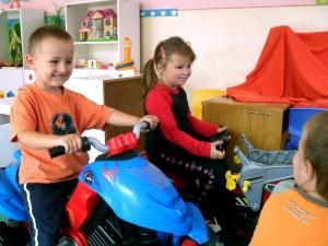 Deti sa hraju na motorke